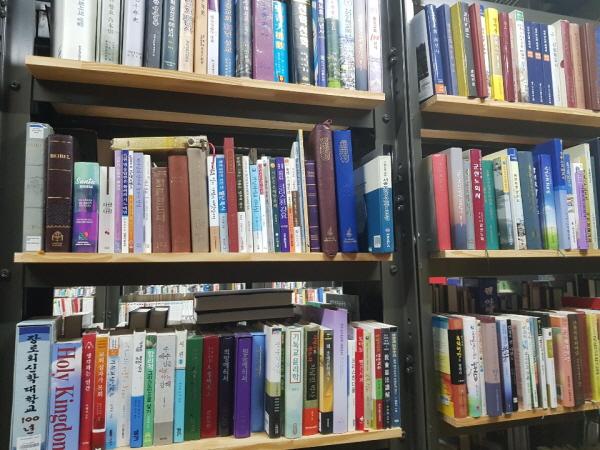 도서관에 쌓인 책. 데이터라벨링을 통해 이용자의 니즈를 파악하기 수월해집니다.