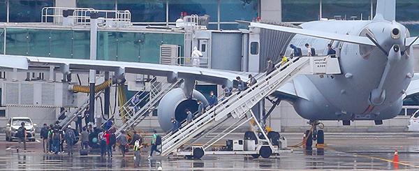 지난 24일 오전 공군 공중급유기 'KC-330'를 타고 인천공항에 도착한 이라크 파견 근로자들이 급유기에서 내리고 있다. 지난해 도입된 KC-330이 재외국민 이송에 투입된 것은 이번이 처음이며 이날 KC-330 2대는 290여명의 파견 근로자들을 태우고 돌아왔다. (사진=저작권자(c) 연합뉴스, 무단 전재-재배포 금지)