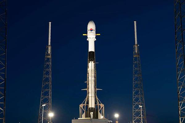 미국 플로리다 케네디 우주센터 발사대에 서 있는 우리나라 최초 군사전용 통신위성 '아나시스(ANASIS) 2호'의 모습.(사진=국방부)