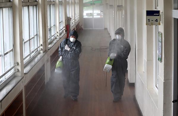 대전의 한 초등학교에 방역업체 관계자가 학교 시설을 방역 및 소독하고 있다. (사진=저작권자(c) 연합뉴스, 무단 전재-재배포 금지)