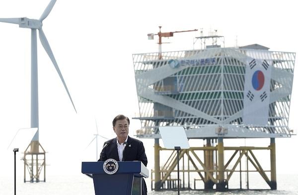 문재인 대통령이 17일 전북 부안군에 위치한 서남권 해상풍력 실증단지에서 열린 '한국판 뉴딜, 그린 에너지 현장 - 바람이 분다' 행사에서 인사말을 하고 있다.(사진=청와대)