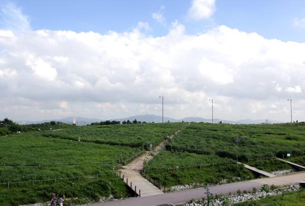 한 때 쓰레기 산이라 불렸던 서울 상암동 월드컵공원이다.(출처=마포구청)