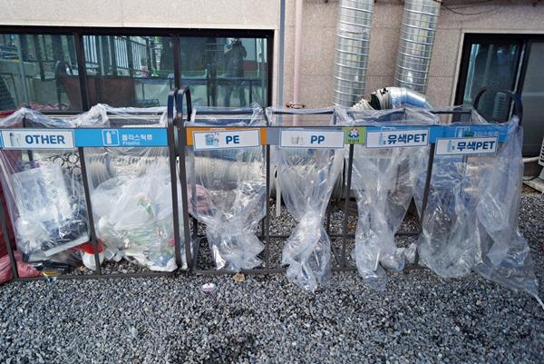 주민이 가져온 재활용 쓰레기는 철저한 분리 수거를 통해 재활용된다.