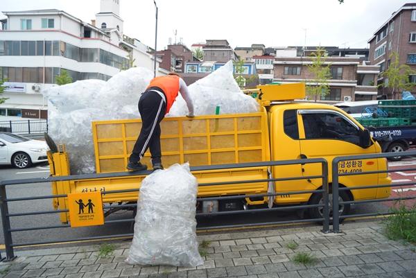 주민이 모은 페트병을 재활용업체에서 수거해간다.