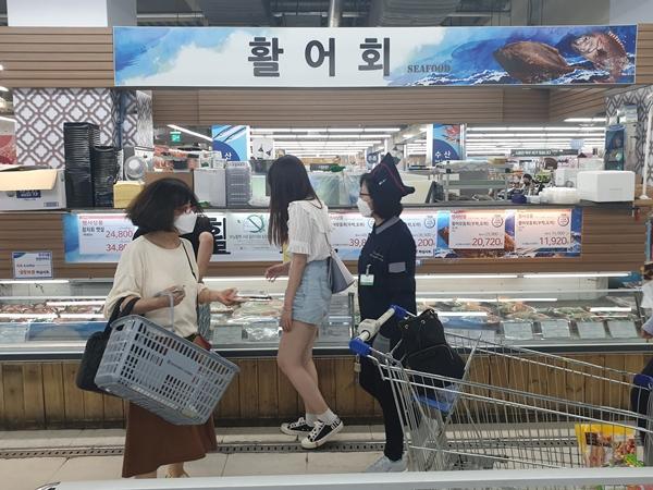 대한민국 찐 수산대전이 열리자 주부들이 많이 와서 사고 있었다.