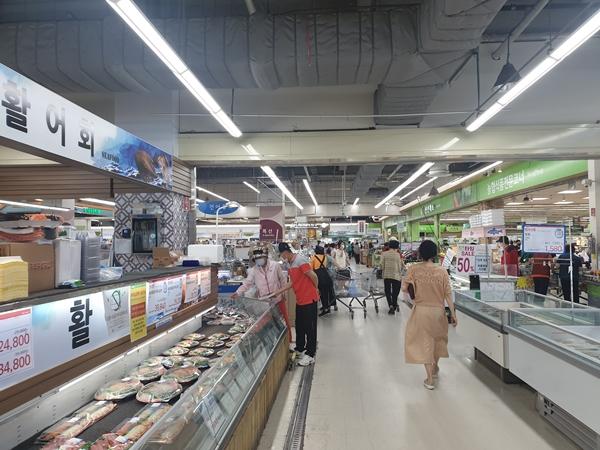대한민국 찐 수산대전 양식 특별전이 열리고 있는 하나로마트다.