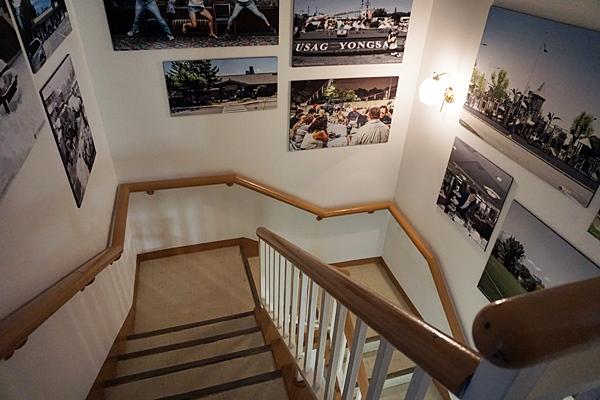 계단 벽에 걸린 사진 하나하나도 이곳과 얽힌 누군가의 소중한 추억이다.