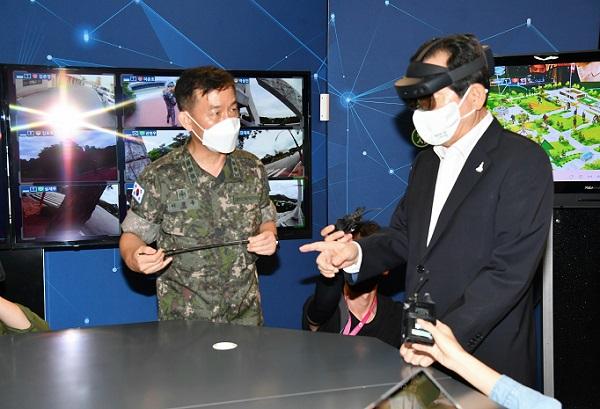 정세균 국무총리가 3일 서울 상암동 한국VR·AR 콤플렉스에서 열린 '제1차 규제혁신 현장과의 대화'에서 VR 체험하고 있다.