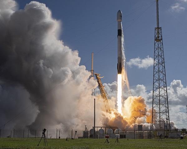 한국군 첫 전용 통신위성 '아나시스(Anasis) 2호'를 실은 스페이스X의 팰컨9 로켓이 지난달 20일 오후 5시 30분(현지시간) 미국 플로리다 주 케이프커내버럴 공군기지의 40번 발사장을 이륙하고 있다.(사진=저작권자(c) 연합뉴스, 무단 전재-재배포 금지)