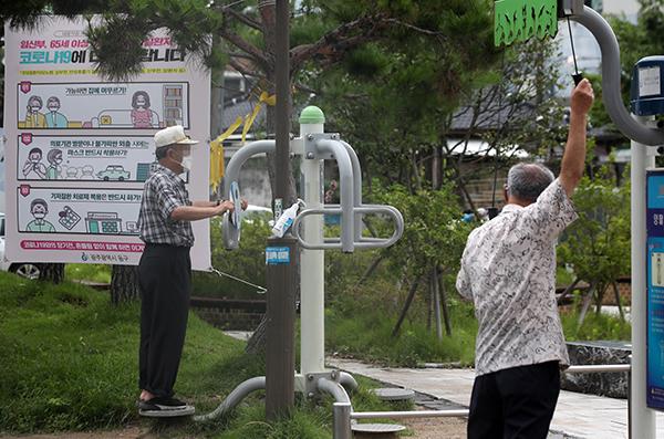 광주 동구 산수동 문화마당에서 마스크를 착용한 어르신들이 운동하고 있다. (사진=저작권자(c) 연합뉴스, 무단 전재-재배포 금지)
