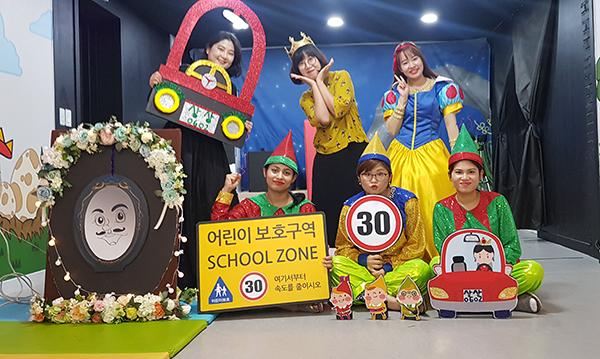 황서린 씨(뒷 줄 가운데)는 교육·공연프로그램을 운영하는 경북 사회적경제 청년일자리사업에 참여해 사회적 기업에서 기획·편집 업무를 맡고 있다. (사진=행정안전부 제공)