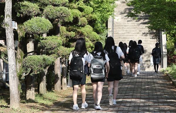 광주 남구 한 여자고등학교에서 고3 학생들이 반소매 여름 교복 차림으로 등교하고 있다. (사진=저작권자(c) 연합뉴스, 무단 전재-재배포 금지)