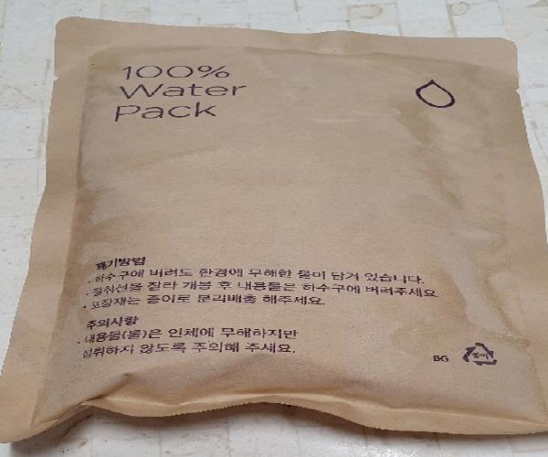 최근에 배송된 신선식품에는 물을 얼린 아이스팩이 들어 있어 버리기도 편하고 환경오염도 되지 않아 좋은 방법이다.