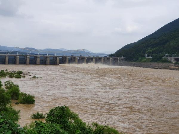 집중 호우로 위험 수위에 다다른 팔당댐이 방류를 하고 있다. 물은 정말 위험하다.
