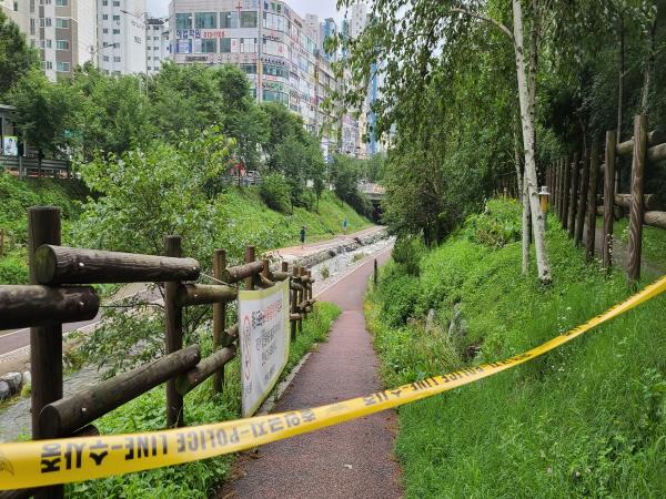 폴리스라인이 넘어서 하천변을 산책하는 시민의 무감각한 안전의식이 가장 문제다.