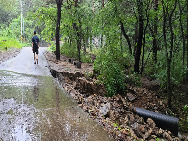 계곡물이 범람해 도로가 유실된 상황에서 등산을 가는 행위는 삼가야 한다.
