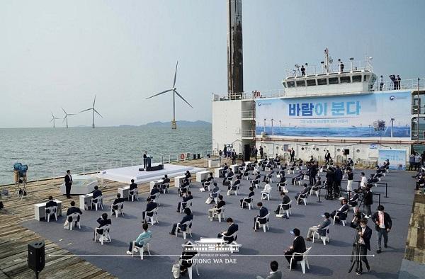 문재인 대통령이 지난달 17일 전북 부안군에 위치한 서남권 해상풍력 실증단지에서 열린 '한국판 뉴딜, 그린 에너지 현장 - 바람이 분다' 행사에서 인사말을 하고 있다.
