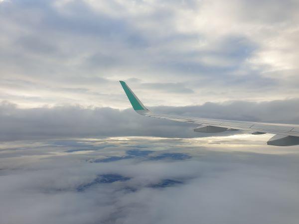 상공을 날고 있는 비행기.