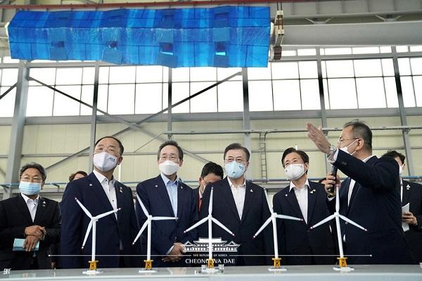 문재인 대통령이 지난달 17일 전북 부안군 재료연구소 풍력핵심기술연구센터 풍력시험동에서 해상풍력 핵심기술을 참관하고 있다.