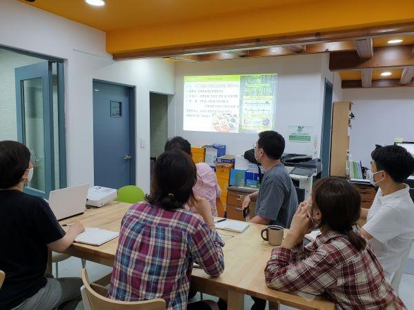 착한여행 직원들이 모여서 가을 여행상품 개발에 관한 회의를 하고 있다.