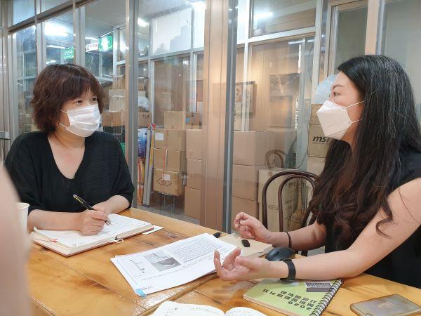 필자와 인터뷰 중인 문나래 대표.