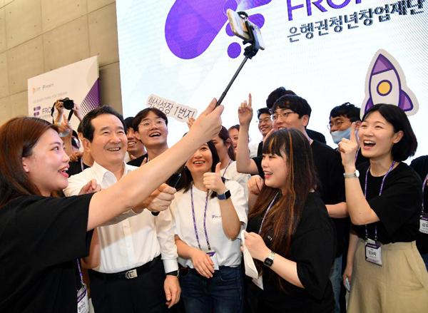 정세균 국무총리가 30일 혁신·창업기업을 지원하기 위한 종합창업지원공간(프론트1) 개관식에 참석, 참석한 청년들과 기념촬영을 하고 있다.