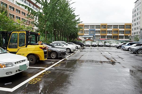 많은 차가 주차 돼 있는 거주자우선주차장.