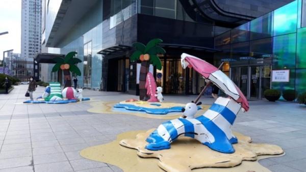 대구 반월당의 한 백화점 앞, 무더위를 상징하는 조형물은 이제 대구의 트레이드 마크가 되었다.
