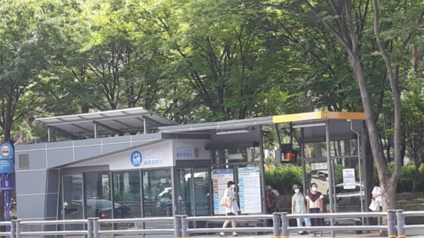 2.28중앙공원 앞에는 에어컨이 가동되는 행복승강장이 있다.