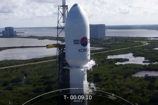 아나시스 2호를 실은 팰컨 9호 로켓 (출처=스페이스X 유튜브)
