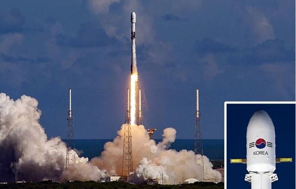 태극무늬 새겨진 군사위성 - 한국군의 첫 전용 통신위성 아나시스(Anasis) 2호를 실은 팰컨 9 로켓이 20일(현지 시각) 미국 플로리다주 케이프 커내버럴 공군기지에서 발사되고 있다(큰 사진). 이번 발사 성공으로 한국은 세계에서 열 번째로 전용 군사위성을 보유한 국가가 됐다. 팰컨 9 로켓이 발사 전 준비하고 있는 모습(작은 사진). 방위사업청·스페이스X 유튜브