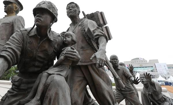6.25전쟁 70주년을 맞은 서울 용산 전쟁기념관 입구에는 6.25전쟁 조형물과 참전용사 추모비 앞에 걸려있는 대형 태극기, 참전국 국기가 펄럭이고 있다.(사진=정책브리핑)