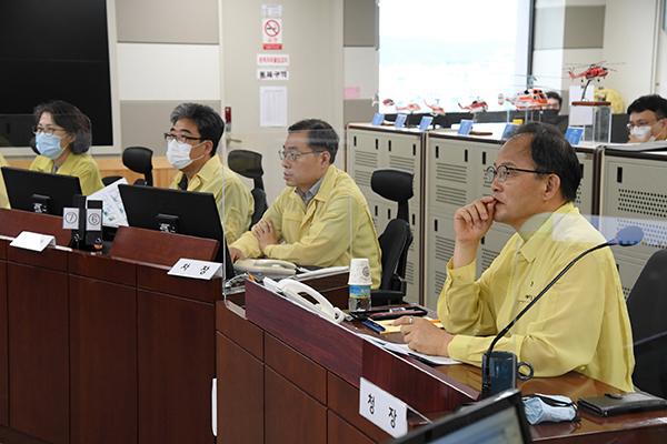 산사태 회의 하는 박종호 산림청장(오른쪽). 사진=산림청