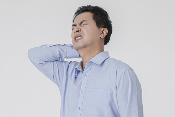 팔이 자주 저렸던 이유가 목디스크가 원인?