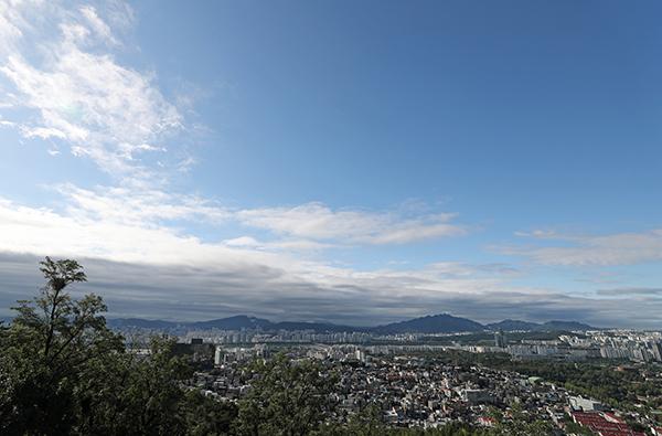 서울 남산에서 도심 위로 푸른 하늘이 펼쳐져 있다. (사진=저작권자(c) 연합뉴스, 무단 전재-재배포 금지)