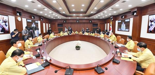13일 열린 제13차 비상경제 중앙대책본부 회의에서 'K-서비스 해외진출 활성화 방안'을 논의하고 있다. (사진=기획재정부)