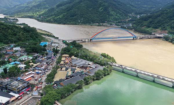 지난 9일 오후 경남 하동군 화개면 탑리 화개장터 침수 현장 뒤로 섬진강이 흐르고 있다. 화개장터는 전날 400㎜ 이상 폭우로 마을이 침수됐다. (사진=저작권자(c) 연합뉴스, 무단 전재-재배포 금지)