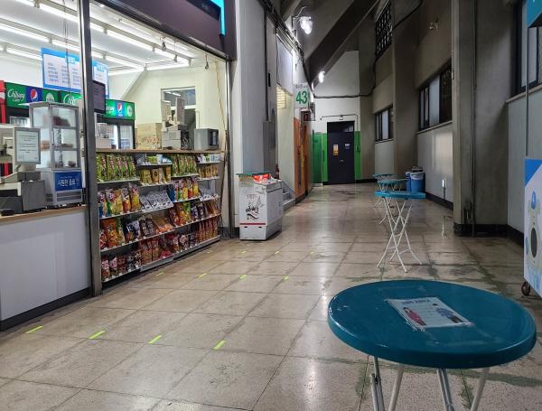 물과 음료수 외에는 경기장에서 음식을 먹을 수 없다. 편의점 테이블도 거리두기를 해 배치되어 있다.