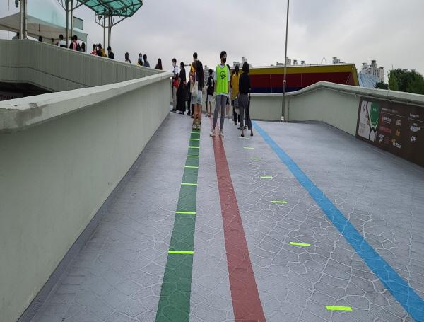 입장 대기시에도 거리두기를 하도록 바닥에 표시가 되어 있다.