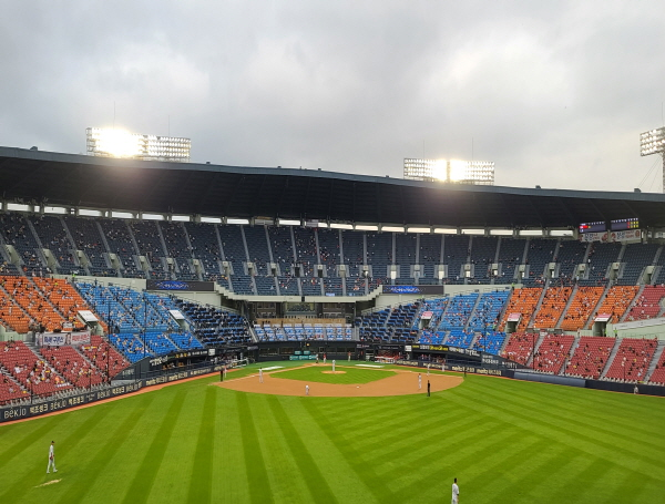 야구 경기가 시작됐어도 응원가를 부르는 육성 응원을 하는 모습은 보이지 않는다.