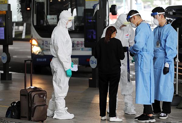 인천국제공항에서 관계자들이 외국인 입국자들을 안내하고 있다. (사진=저작권자(c) 연합뉴스, 무단 전재-재배포 금지)