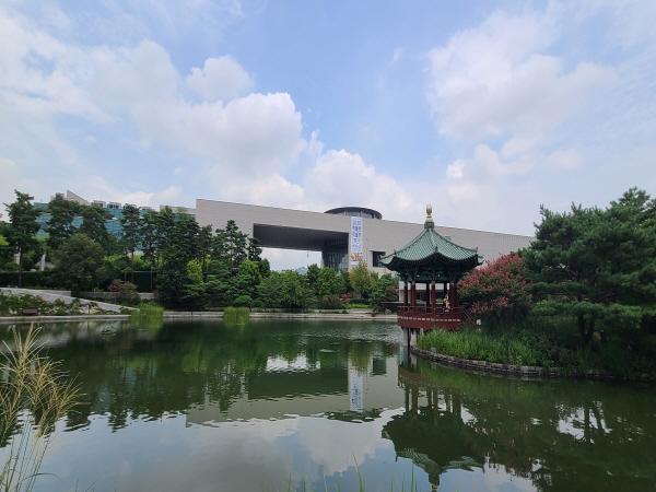 국립중앙박물관과 청자정이 거울못 연못에 비친 반영이 예술이다.