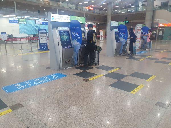체크인을 진행하고 있는 이용객사이로 가림막이 설치되어 있다.