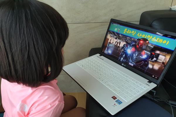 초등생 조카가 '타이탄 로봇쇼'를 무한 반복중이다.
