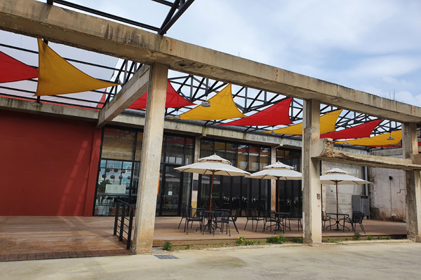 옛 공장의 모습을 그대로 보존하면서 휴식공간으로 활용 중인 팔복예술공장의 모습.