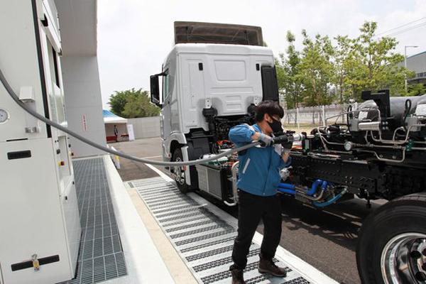 전북 완주군에 위치한 '상용차 수소충전소'에서 차량에 충전하고 있는 모습. <사진=현대차 제공>