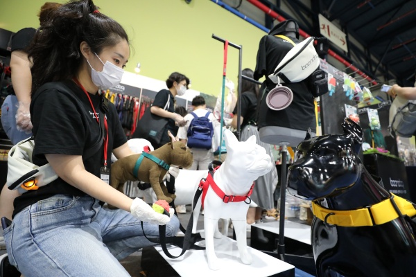 '2020 케이펫페어'에서 관람객들이 애견용품을 살펴보고 있다.