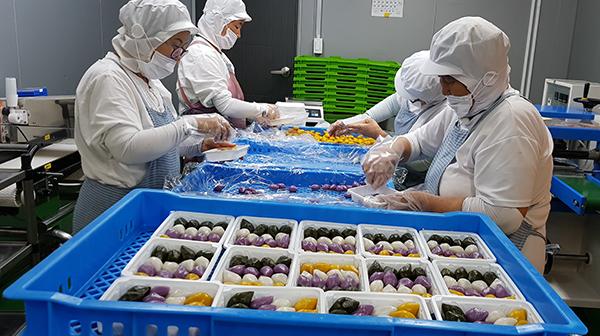 콩사랑의 대표 상품 중 하나인 백미떡 제조현장. (사진=농업회사법인 콩사랑 제공)