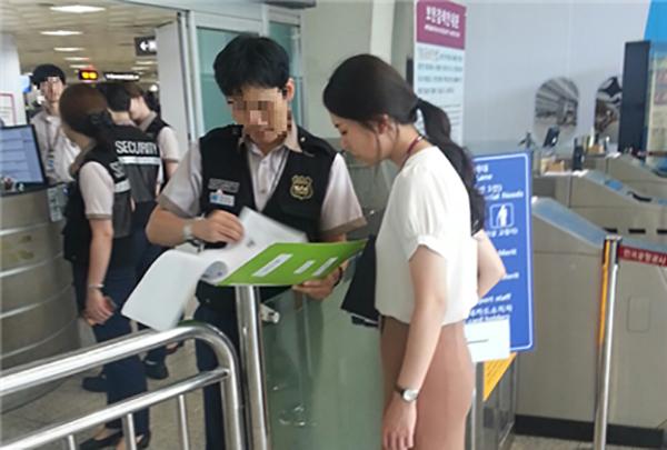 공항에서 보안요원과 인터뷰를 하며 현장의 소리를 듣고 있는 최지현 사원. (사진=한국공항공사 제공)