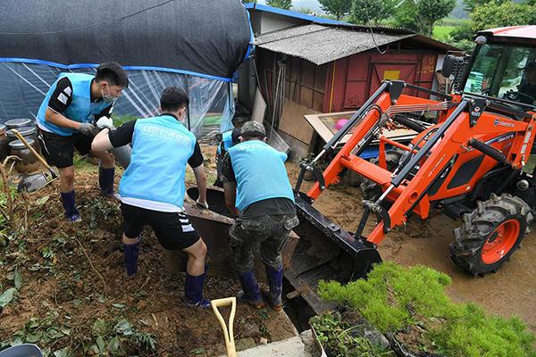 공군 제19전투비행단이 수해로 피해가 발생한 농가의 복구작업에 나섰다.(사진=국방부)